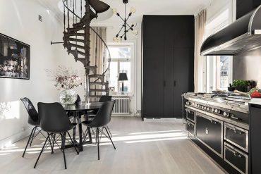 Amenajare în alb și negru într-o mansardă pe două niveluri din Suedia