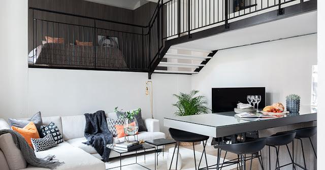 Dormitor și birou la mezanin într-un apartament de 64 m² din Suedia