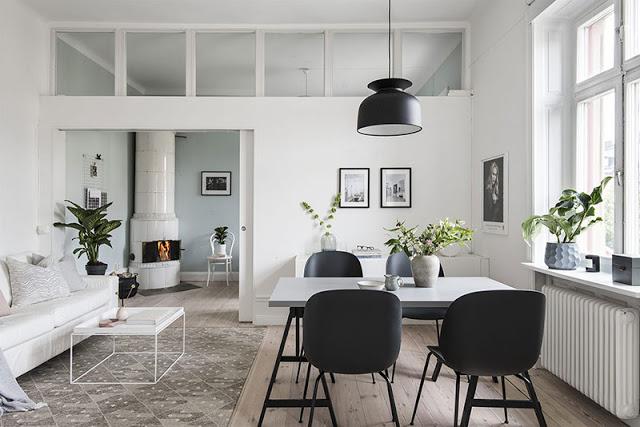 Ușă glisantă între dormitor și living într-un apartament de 45 m² din Suedia