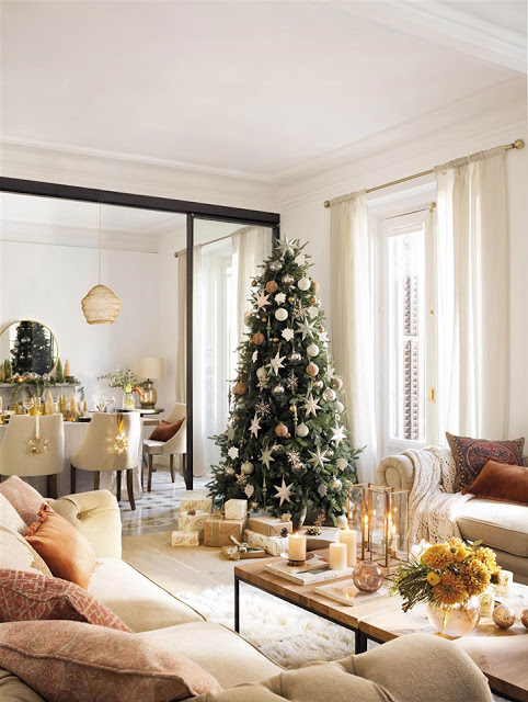 Amenajare de Crăciun în tonuri neutre de culoare și accente aurii
