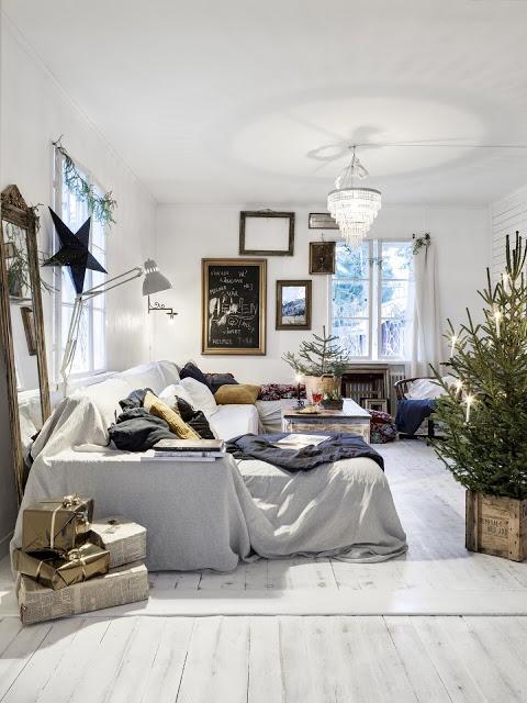 Decor de Crăciun într-un interior scandinav cu accente shabby chic