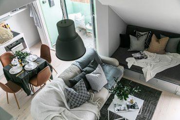 Mini dormitor la mezanin într-o garsonieră de 32 m² amenajată la mansardă
