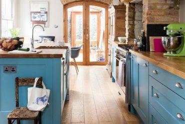 Pereți gri petrol și bucătărie rustică într-o casă din Londra