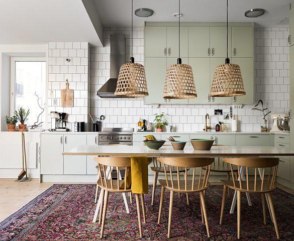 Accente de galben muștar, roz și albastru în decorul unui apartament din Suedia