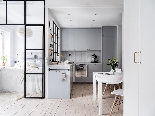 Gri, accente aurii și dormitor amenajata lângă bucătărie într-o garsonieră de 37 m²