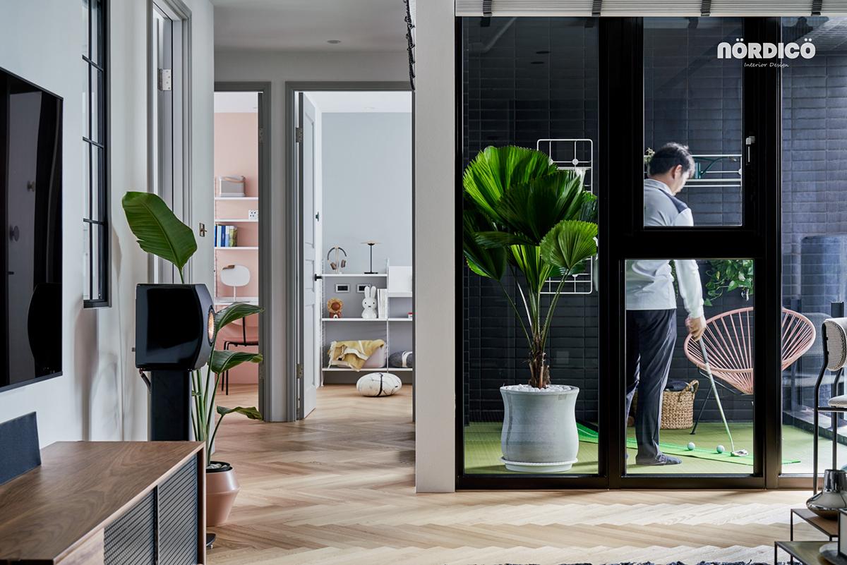 Design interior cu bucătărie neagră într-un apartament de 2 camere 15