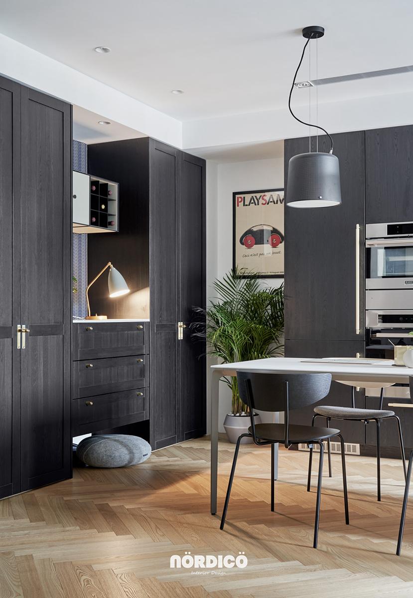 Design interior cu bucătărie neagră într-un apartament de 2 camere 2