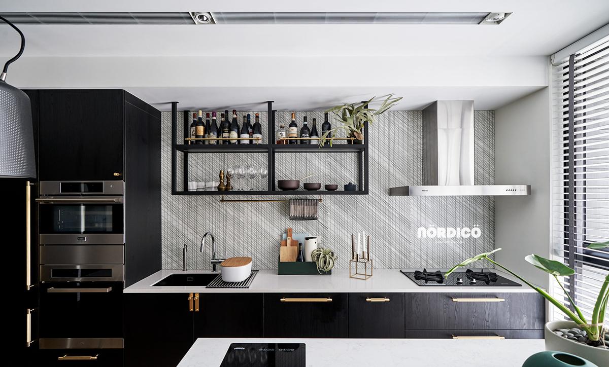 Design interior cu bucătărie neagră într-un apartament de 2 camere 4