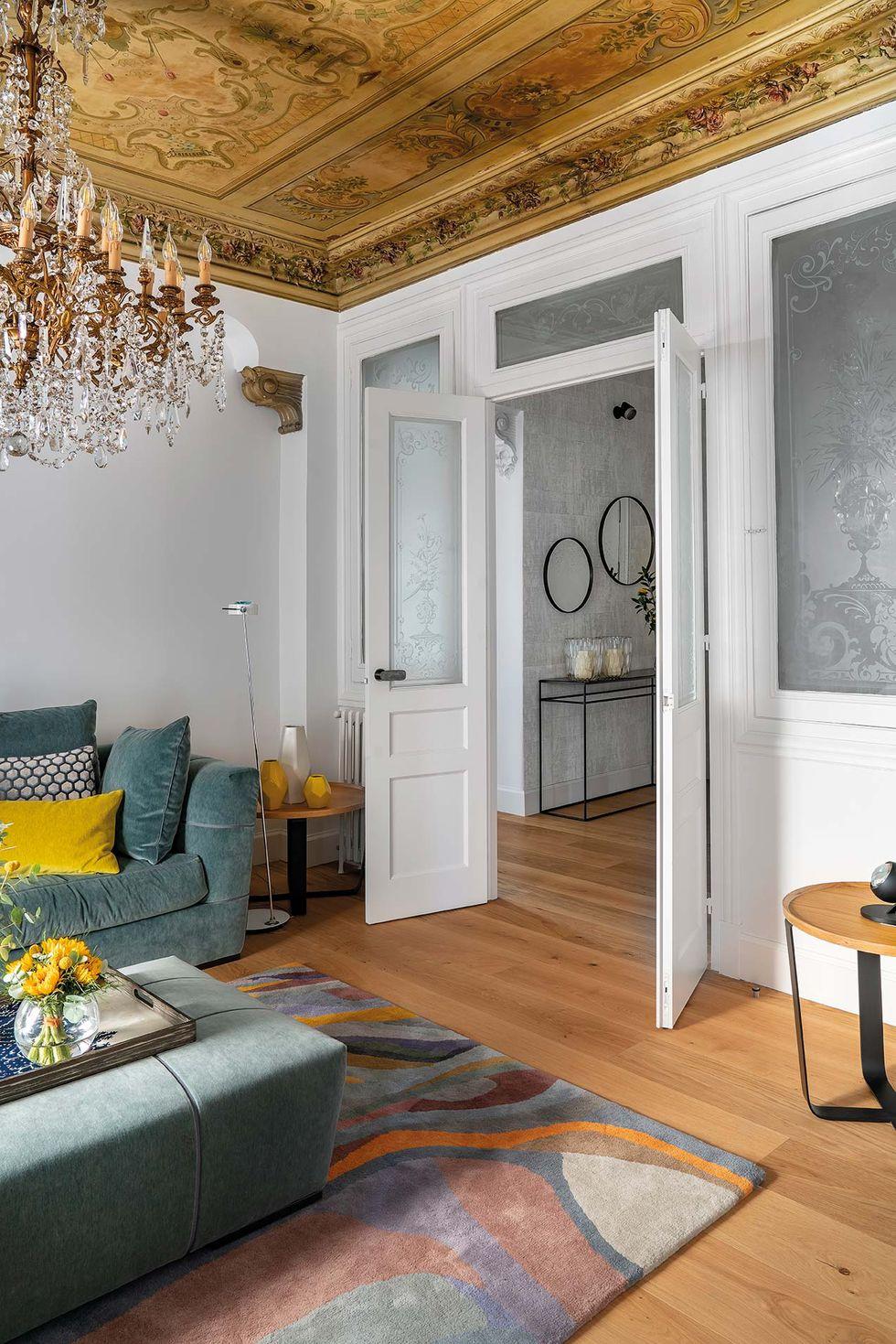 Vitralii din secolul XIX și mobilier modern într-o casă spectaculoasă din Santander 2