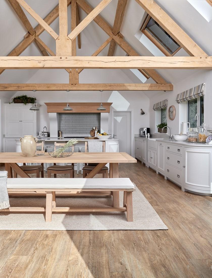 bucatarie rustica in alb si grinzi de lemn