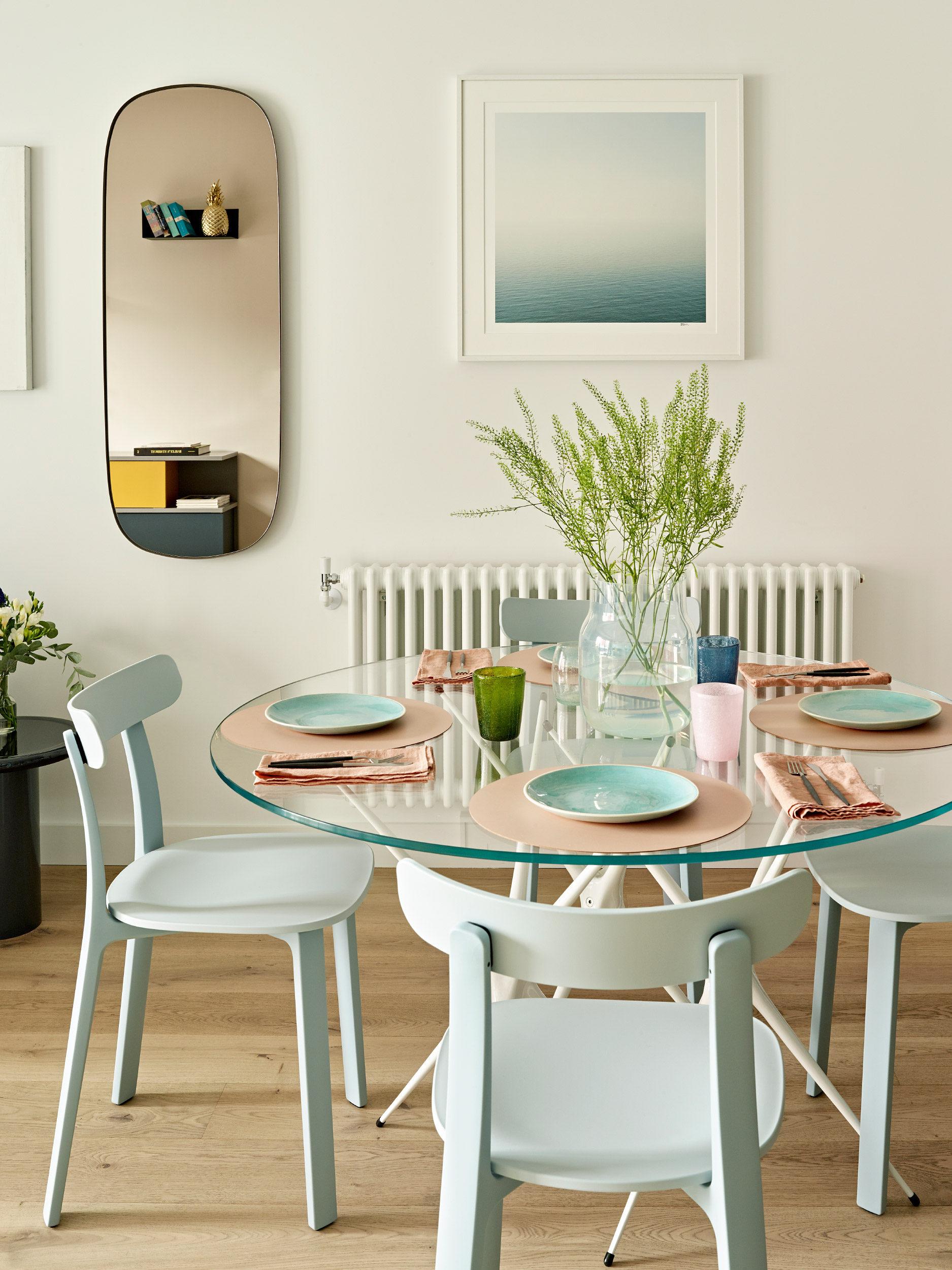 scaune si masa in culori pastel