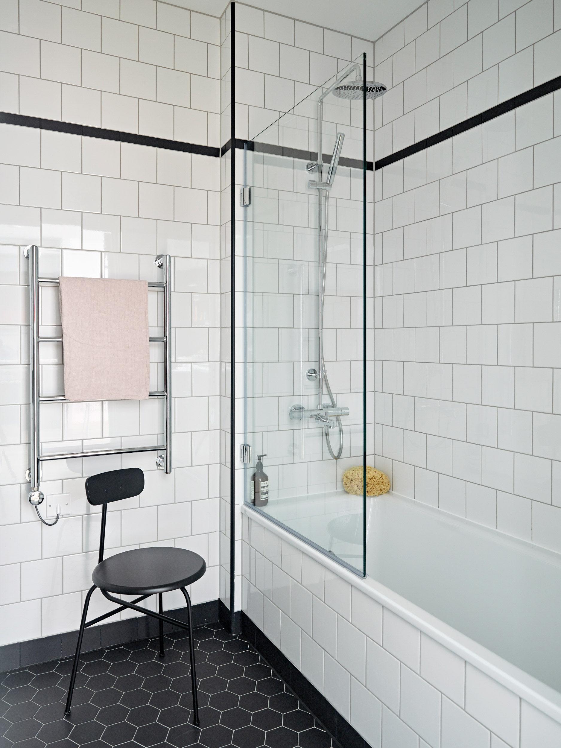 baie cu podea in alb si negru