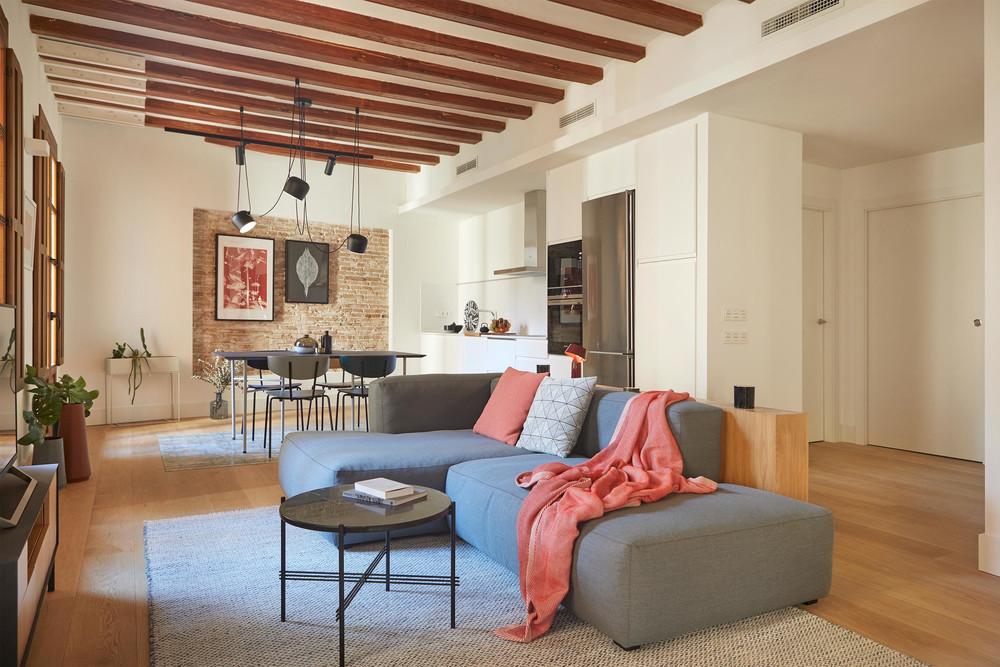 Cărămidă expusă și plan deschis într-un apartament din Barcelona 3