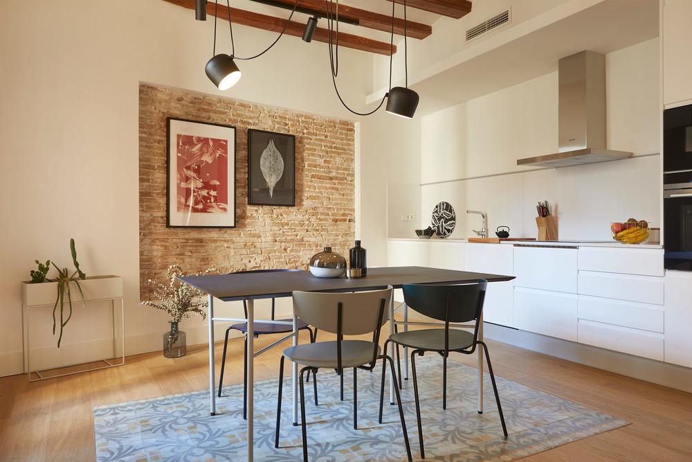Cărămidă expusă și plan deschis într-un apartament din Barcelona 6