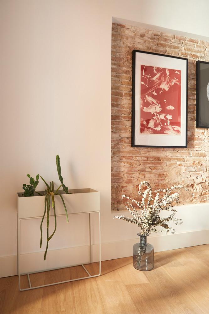 Cărămidă expusă și plan deschis într-un apartament din Barcelona 8