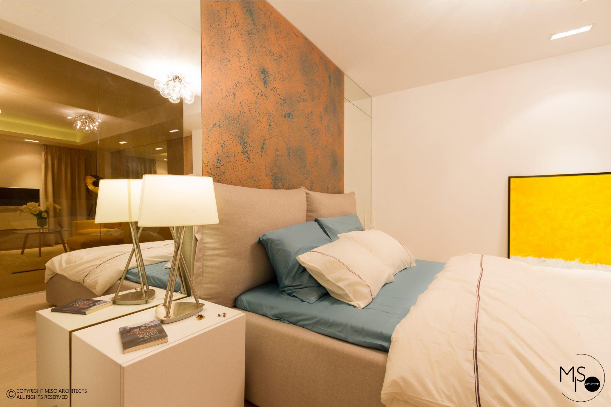 Dormitor separat de perete de sticlă într-o garsonieră de 50 m² din București 11