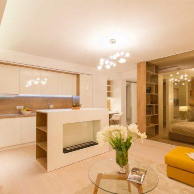 Dormitor separat de perete de sticlă într-o garsonieră de 50 m² din București 3
