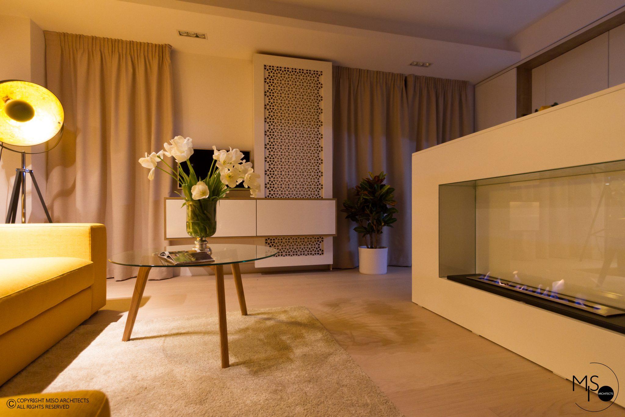 Dormitor separat de perete de sticlă într-o garsonieră de 50 m² din București 9