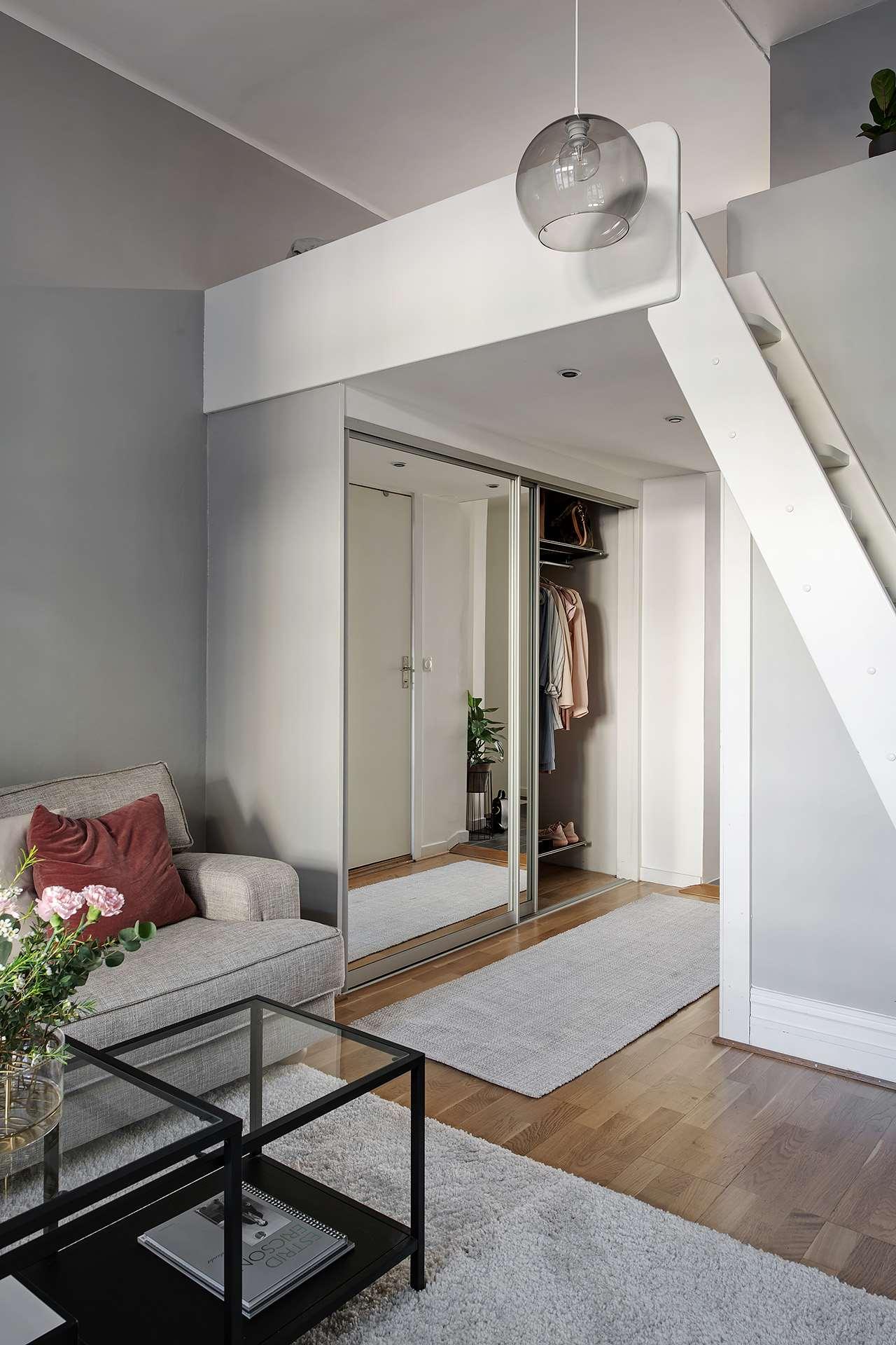 Idee de amenajare garsonieră cu dormitor deasupra holului de la intrare 5