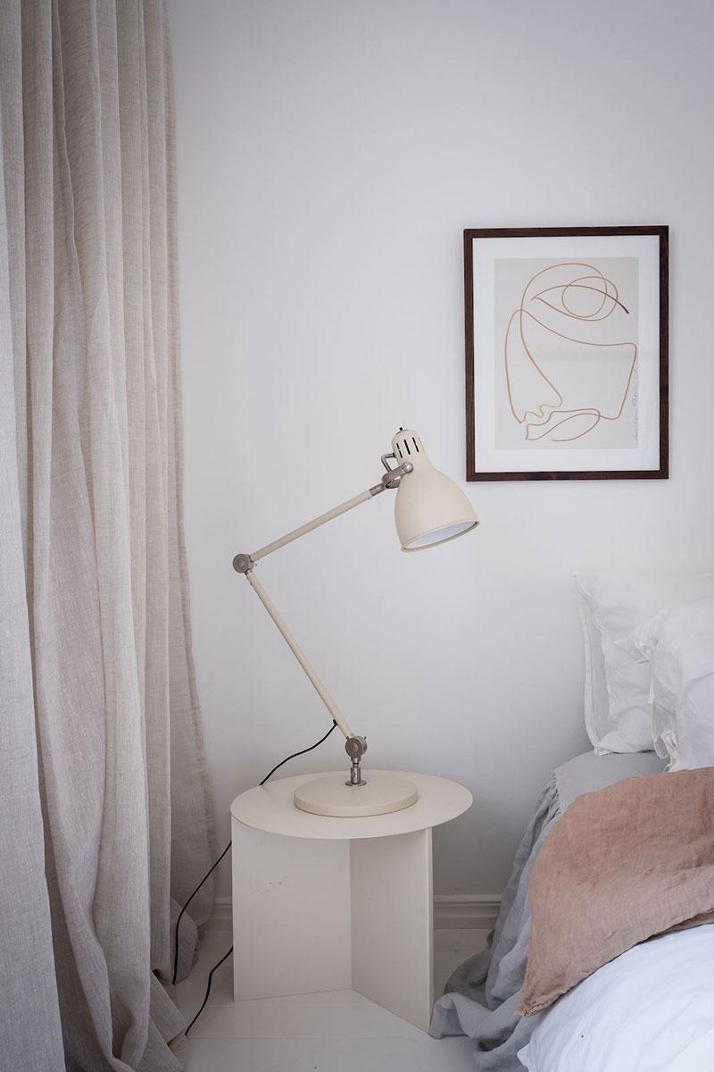 Minimalism scandinav, lemn și textile naturale într-un apartament din Suedia 12