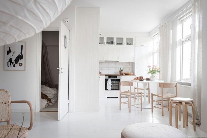 Minimalism scandinav, lemn și textile naturale într-un apartament din Suedia 14
