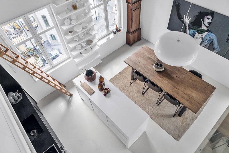Scări din lemn, ramuri de copaci și accente vintage într-un apartament pe două niveluri 1
