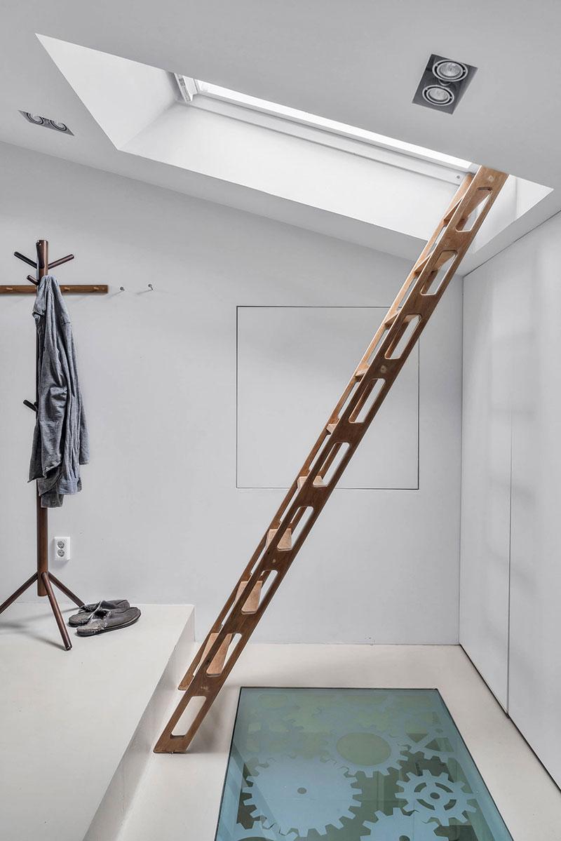 scara din lemn in baia de la mansarda