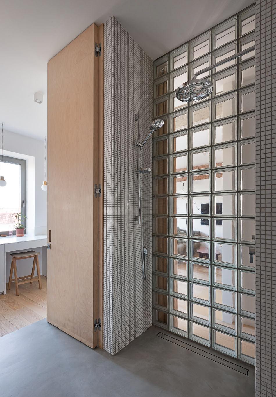Cărămidă expusă și cărămidă de sticlă într-un apartament modern din Kiev 20