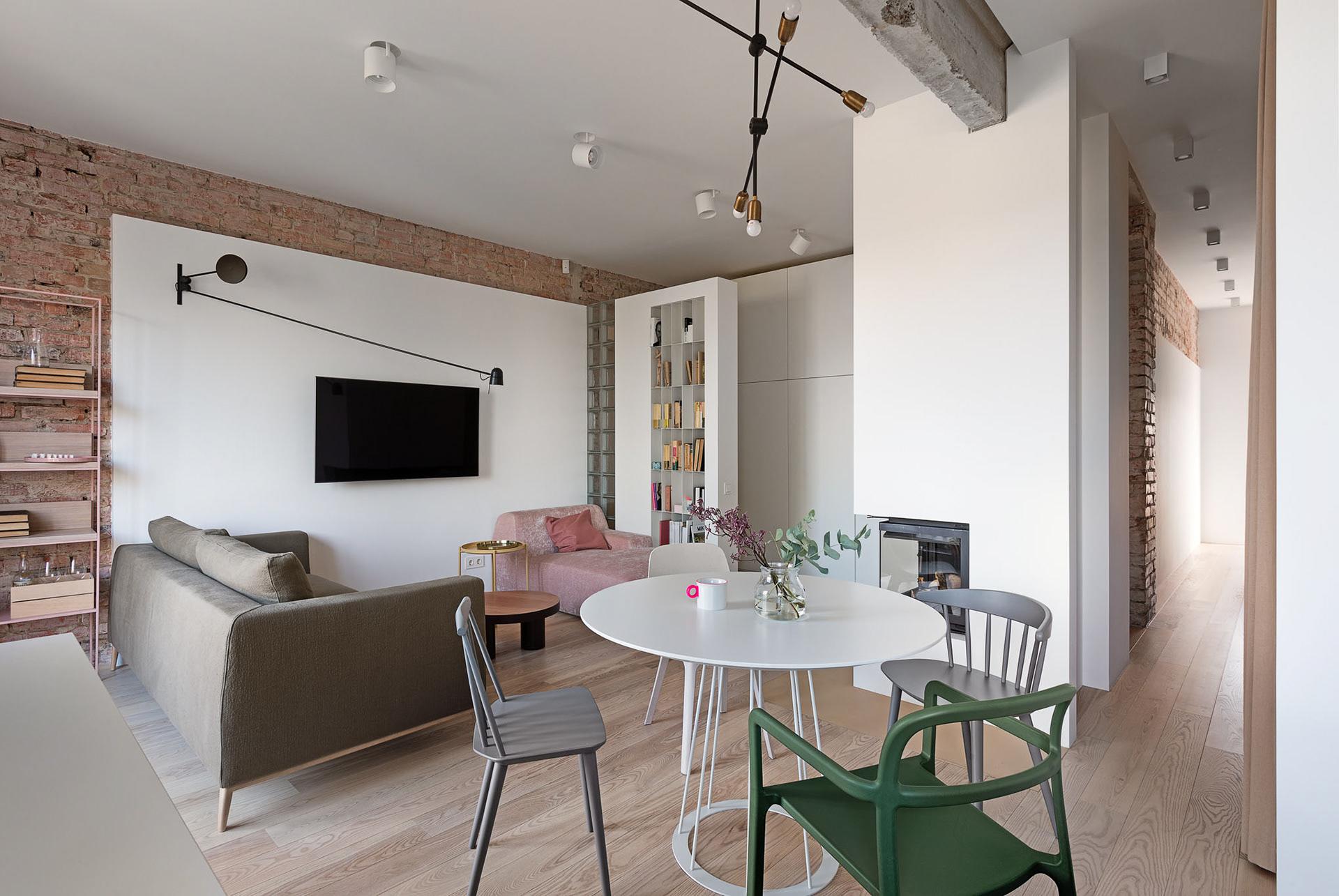Cărămidă expusă și cărămidă de sticlă într-un apartament modern din Kiev 3