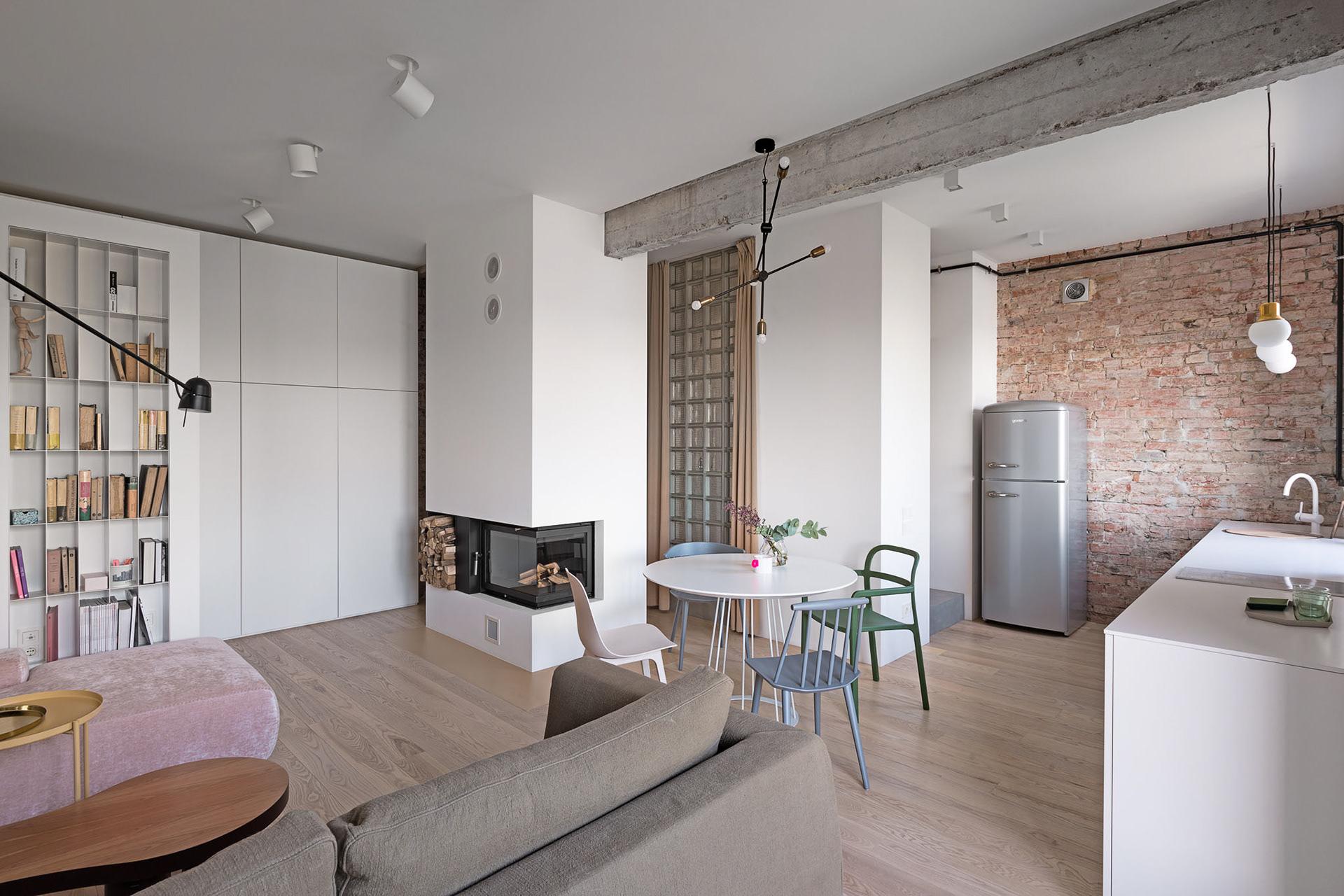Cărămidă expusă și cărămidă de sticlă într-un apartament modern din Kiev 5