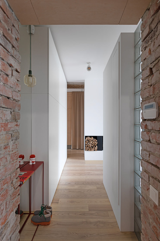 Cărămidă expusă și cărămidă de sticlă într-un apartament modern din Kiev 7