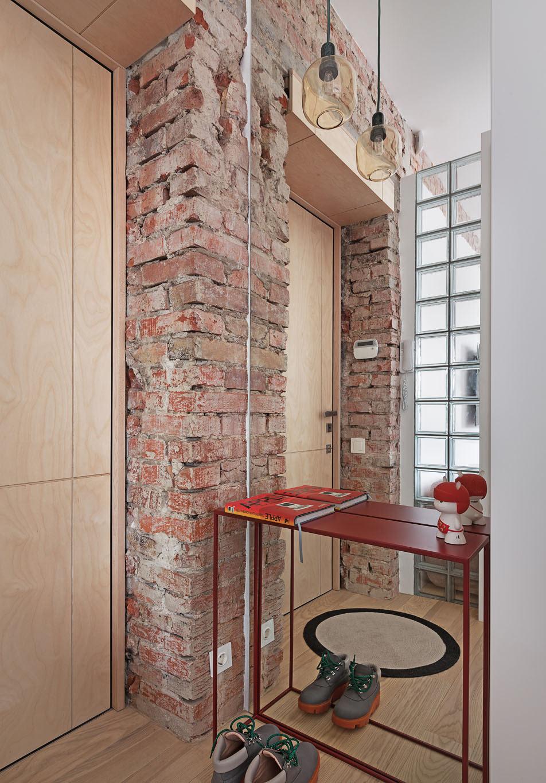 Cărămidă expusă și cărămidă de sticlă într-un apartament modern din Kiev 8