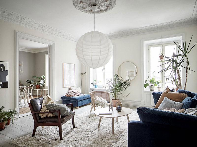 Canapea albastră și tonuri naturale de culoare într-un apartament de 3 camere 1
