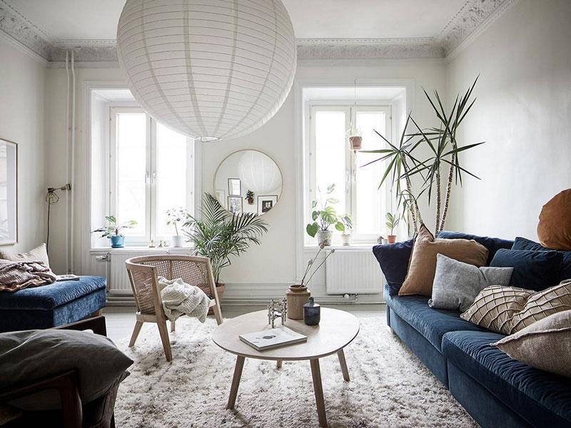 Canapea albastră și tonuri naturale de culoare într-un apartament de 3 camere 3
