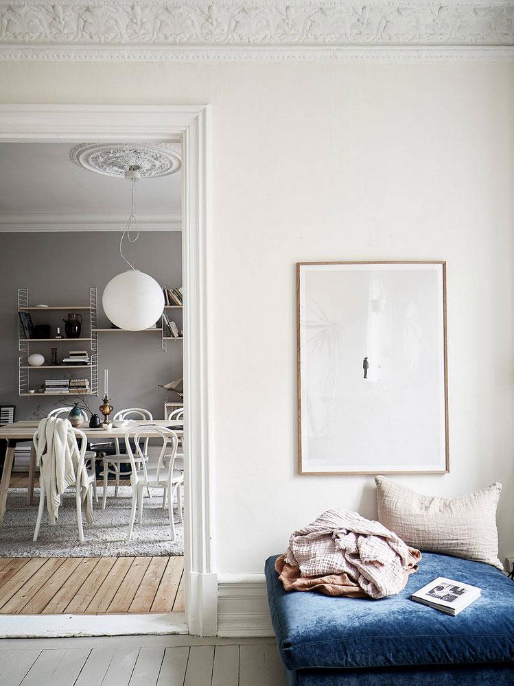 Canapea albastră și tonuri naturale de culoare într-un apartament de 3 camere 4