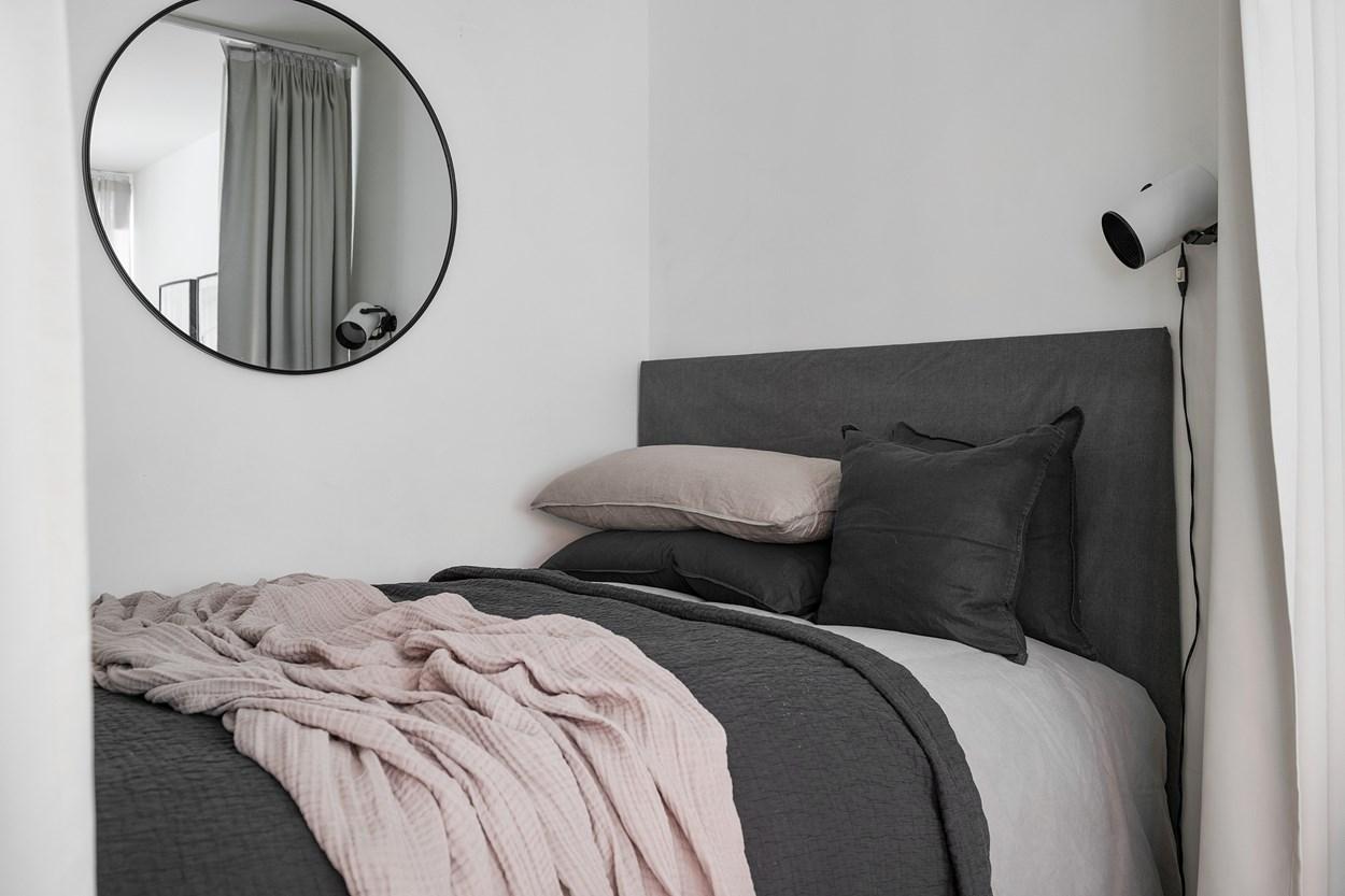 Dormitor după perdea într-o garsonieră de 42 m² 11