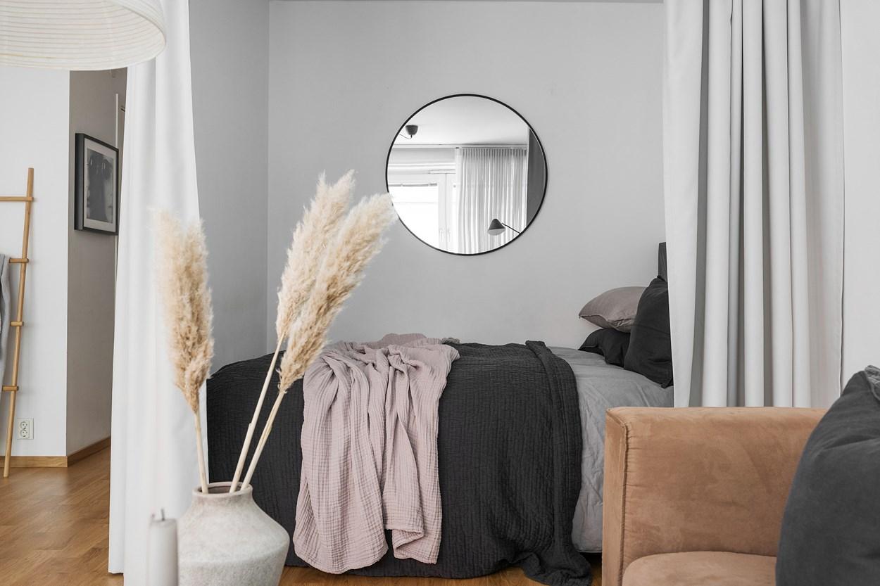 Dormitor după perdea într-o garsonieră de 42 m² 12