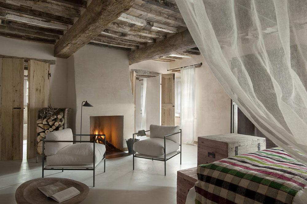 grinzi de lemn si semineu in dormitor