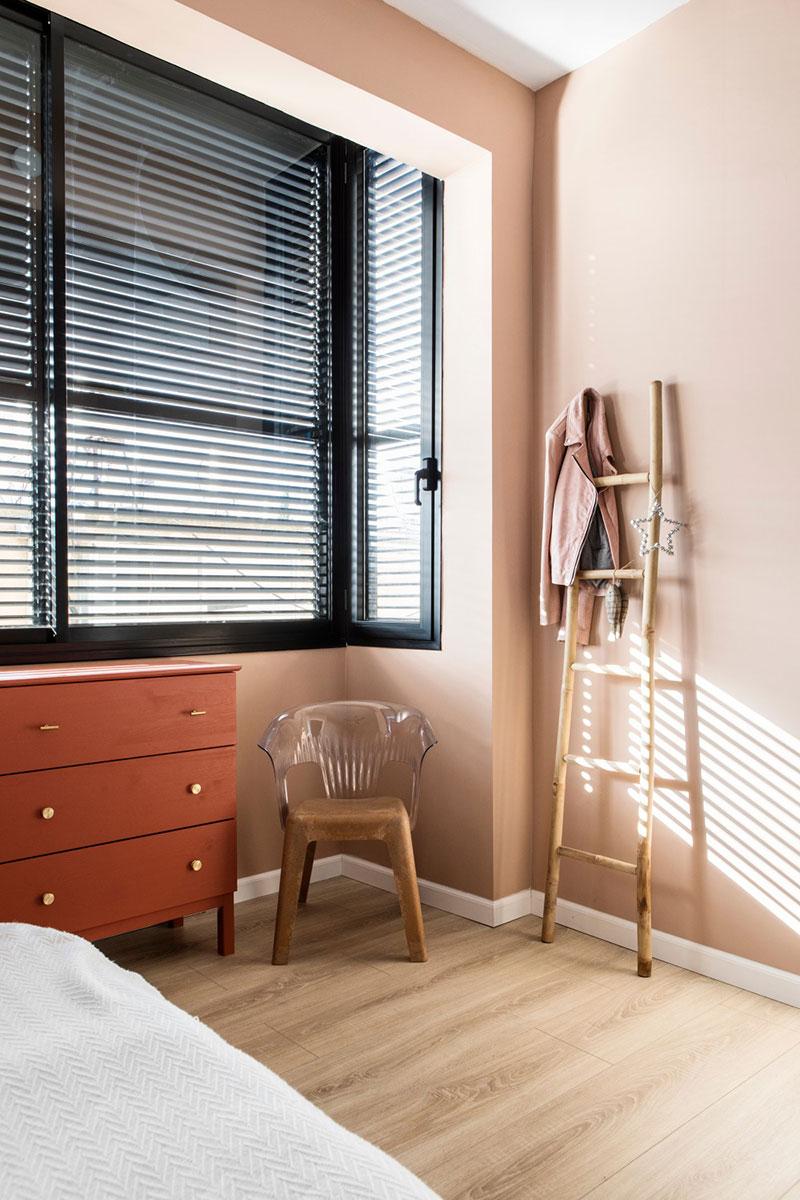 dormitor cu pereti piersica