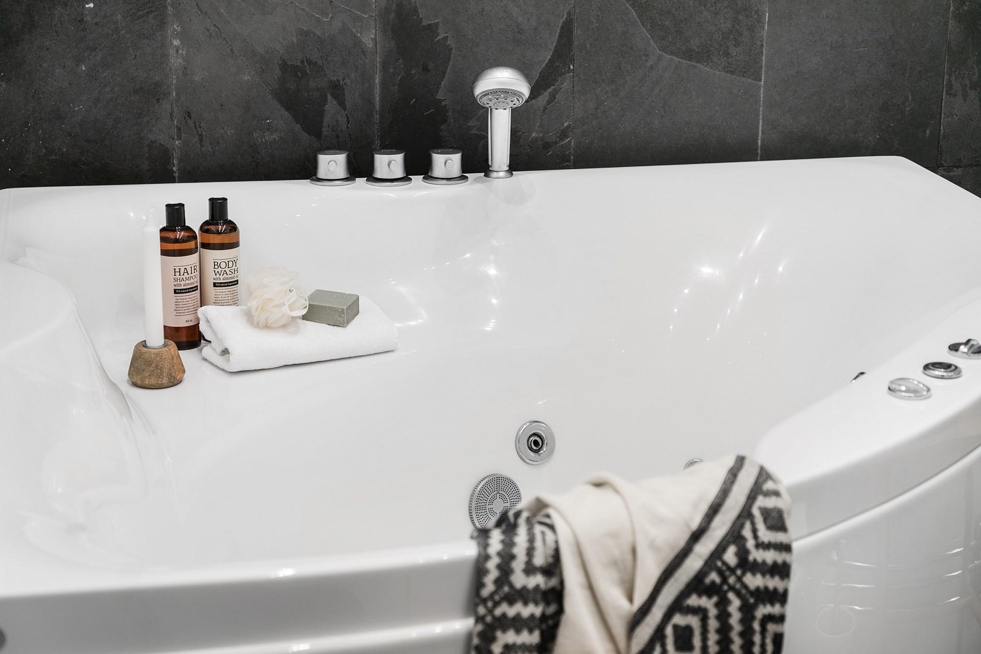 baie in alb si gri