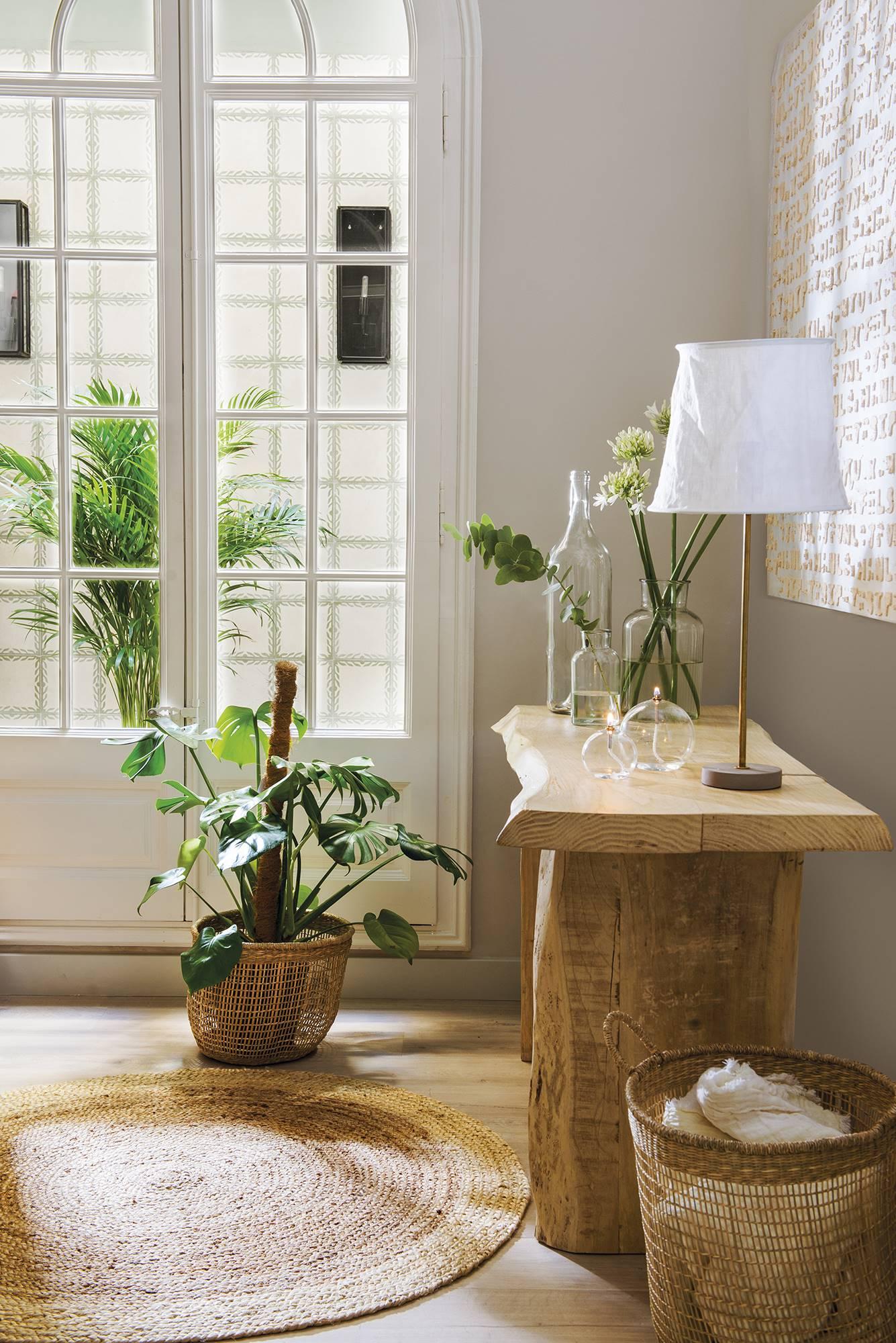 ferestre si piesa de mobilier din lemn