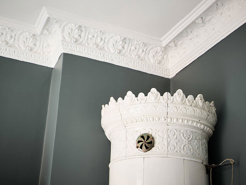 pereți gri si tavan alb
