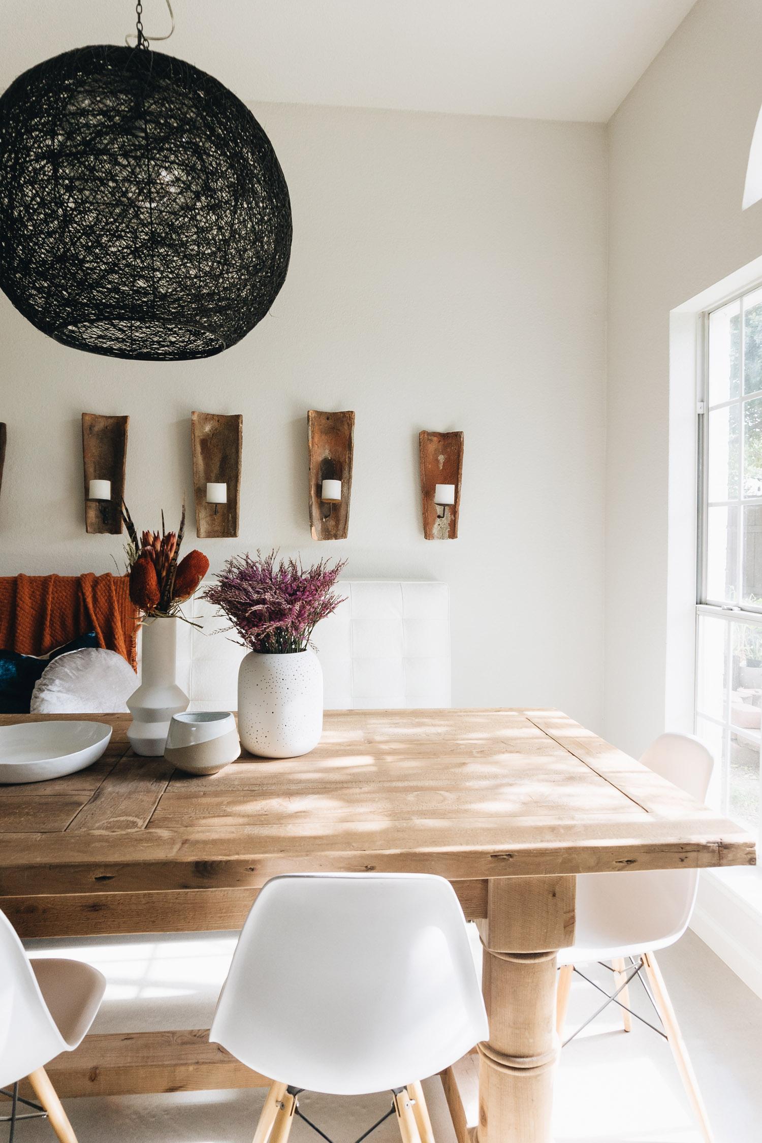 masa din lemn si scaune din plastic