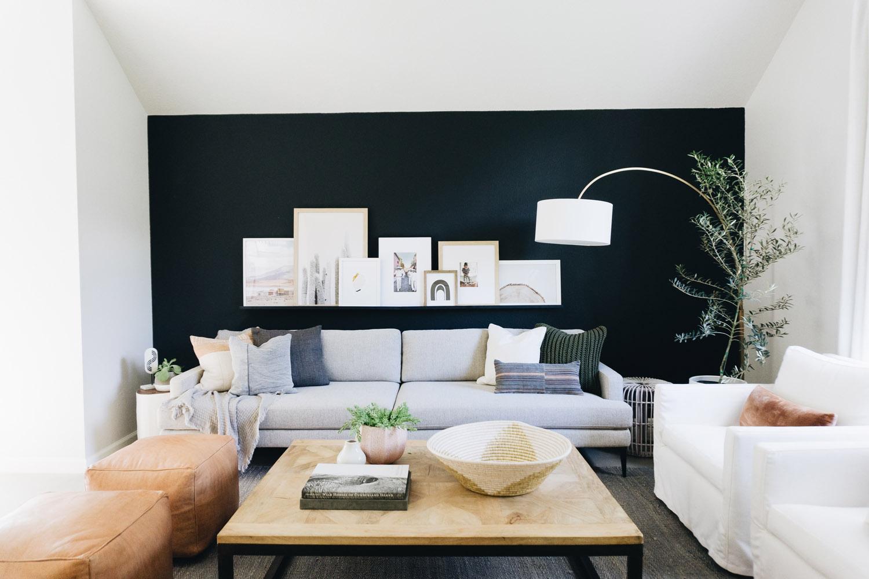 Un perete negru și decor natural într-o casă din Texas 1