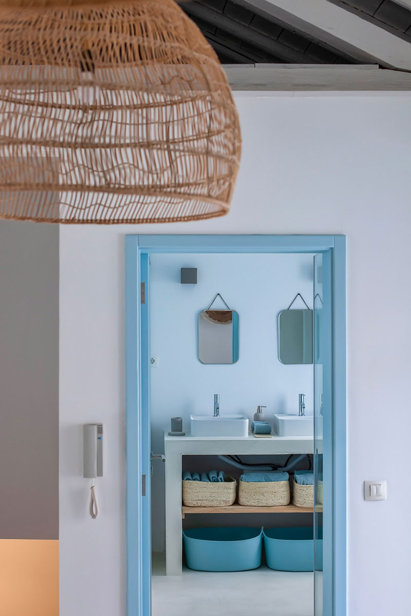 Albastru, lemn și textile naturale într-o casă de vacanță din Portugalia 9