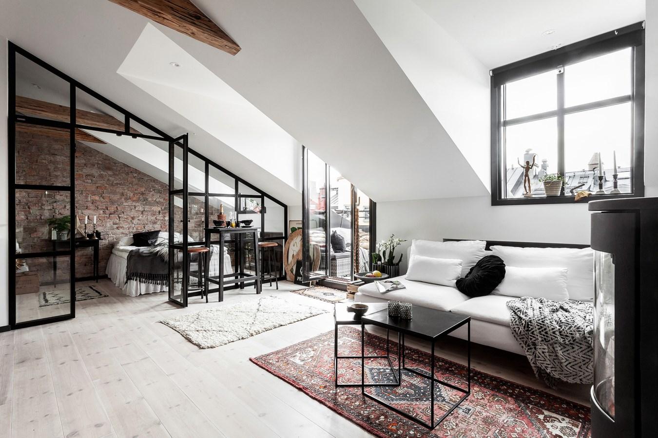 Perete de sticlă între dormitor și living