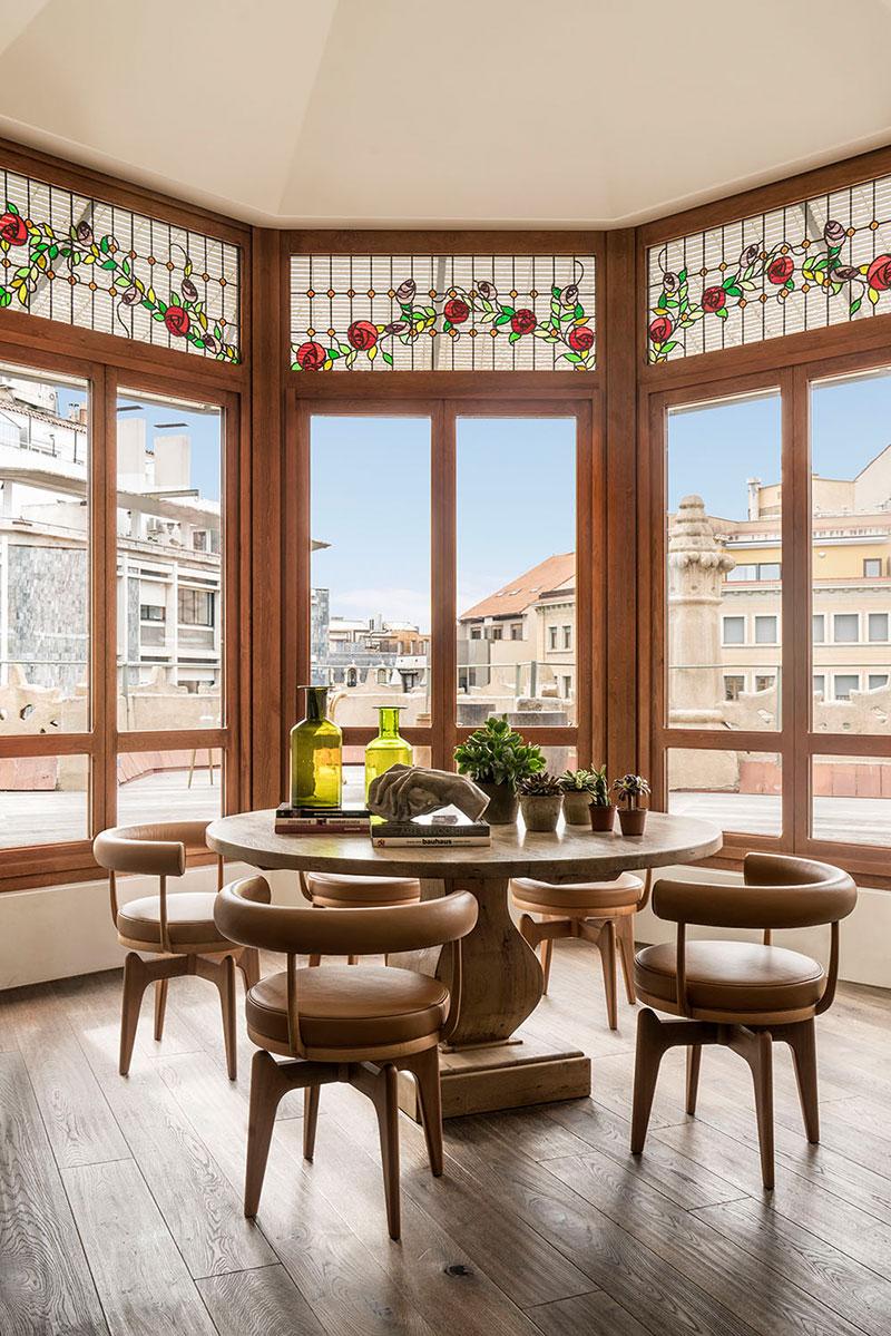 Vitralii, influențe rustice și o terasă spațioasă într-un penthouse din Barcelona 1