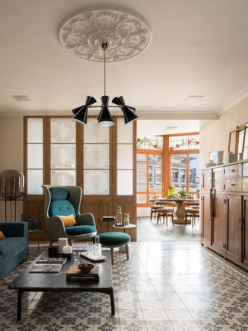 Vitralii, influențe rustice și o terasă spațioasă într-un penthouse din Barcelona 4