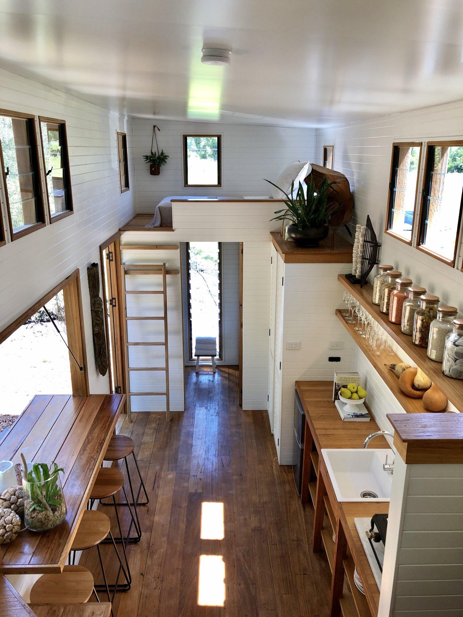 Casă de 18 m² cu living și dormitor pe platforme suspendate