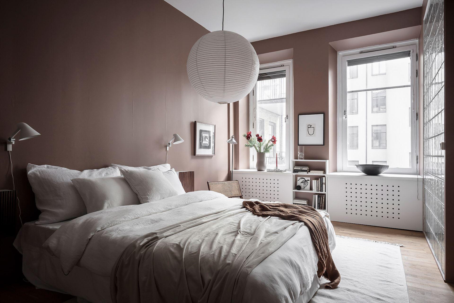 Pereți roz pudrat în dormitor